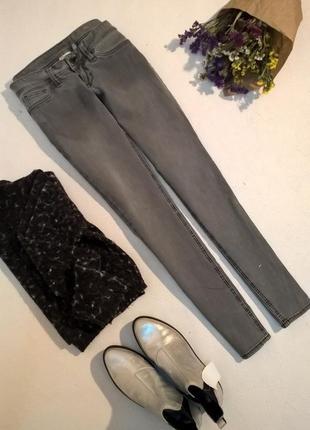 Серые скинни джинсы mango