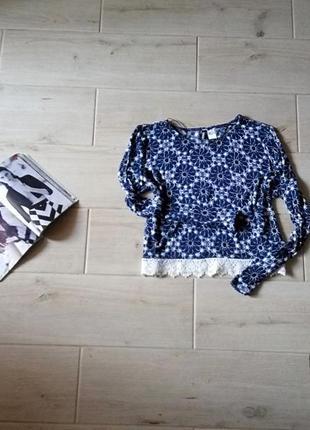 Укороченный свитер свитшот кроп топ с кружевом внизу в орнамент m l