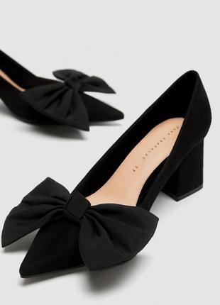 Туфли замшевые с бантом на среднем квадратном каблуке