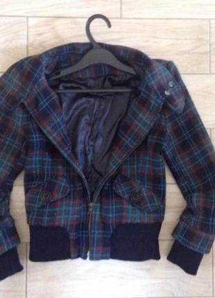 Теплая демисезонная куртка в клетку трендовая бомбер