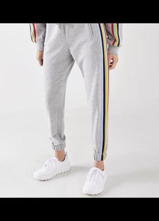 Спортивные штаны с цветными лампасами