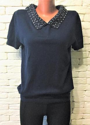 Трикотажная блуза с расшитым камнями воротником