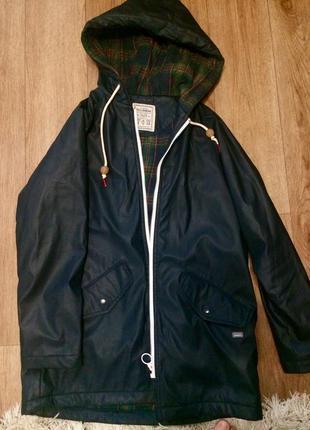 Отличная куртка-плащевка с капюшоном