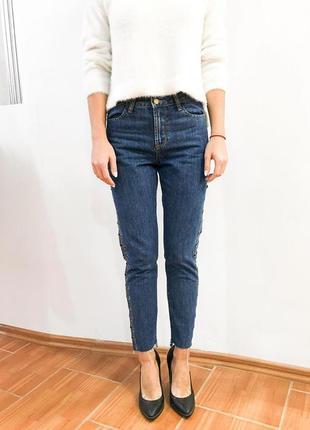Мега стильні джинси з високою посадкою і закльопками від бренду nakd
