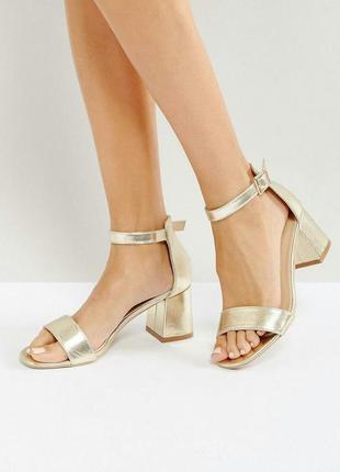 Трендовые золотистые босоножки на широком каблуке