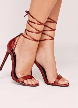 Утонченные сатиновые босоножки с шнуровкой