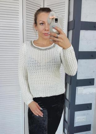 Белый свитер крупной вязки с камнями