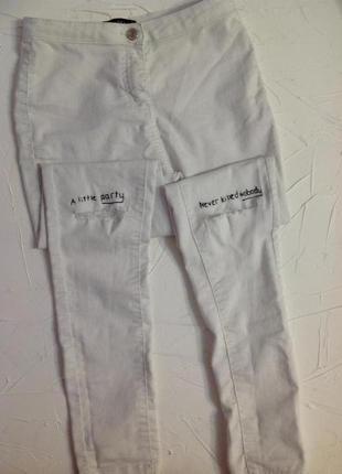 Белые джинсы с дырками на коленках