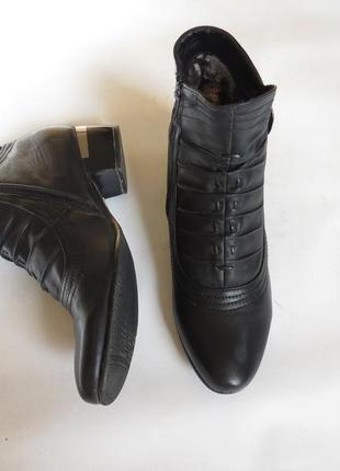 Черные полусапожки / ботинки на низком каблуке