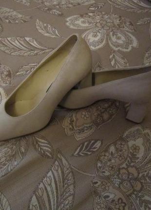 Туфли новые, кожаные , высота каблука 8см с набойкой, удобная колодка.