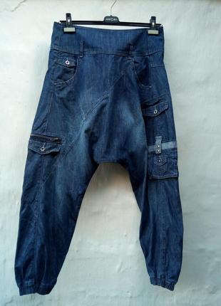 Синие модные легкие джинсы сзади на молнии,аладины.