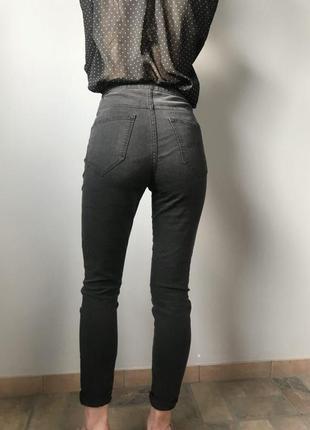 Серые джинсы с высокой талией