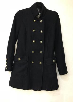 Двубортное пальто zara с золотыми пуговицами