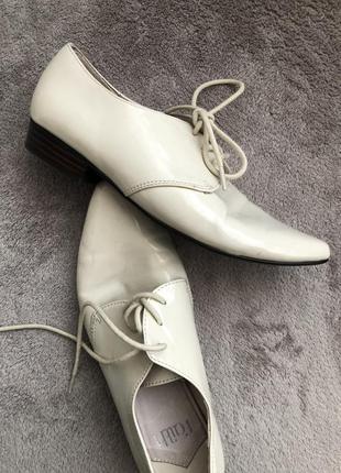 Стильные лаковые кожаные туфли на шнуровке 36р