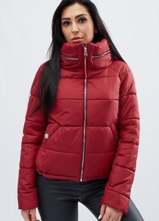 Демисезонная брендовая куртка воротник стойка стеганая с капюшоном
