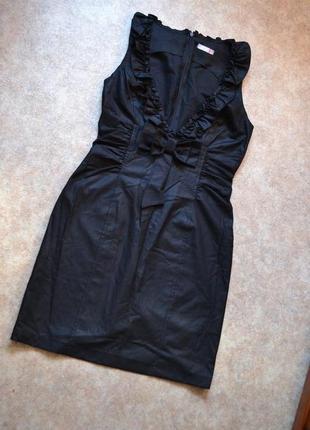 Чёрное платье с бантом и глубоким вырезом