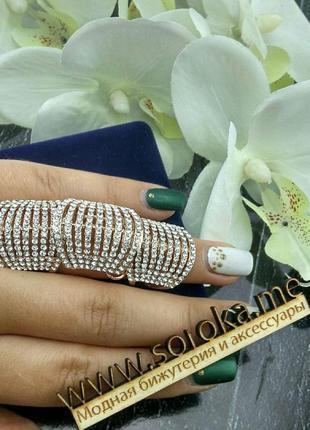 Красивое кольцо в камнях на весь палец