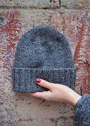 Серая вязаная шапка бини с отворотом