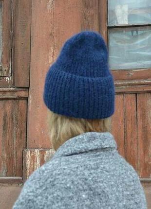 Темно-синяя шапка с отворотом