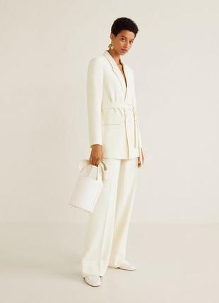 Белый брючный костюм манго