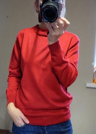 Класний красный свитер