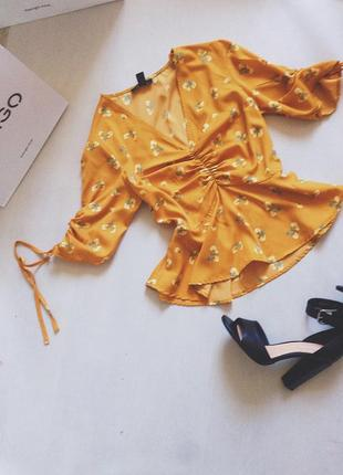 Блуза горчичного жёлтого цвета в цветочек с воланами