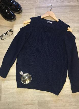Трендовый свитер крупная вязка косы с открытыми плечиками.