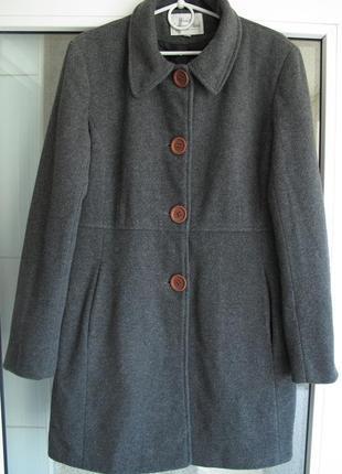Теплое шерстяное женское пальто.