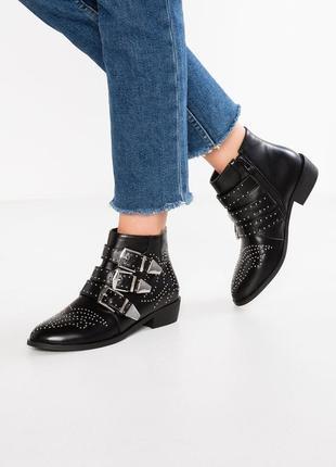 Актуальные ботинки с застёжками