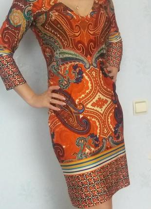Яркое платье апельсинового цвета принт пейсли