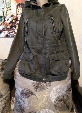 Куртка с капюшоном на подкладке на теплую осень