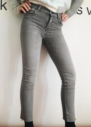 Серые джинсы с необработанным швом