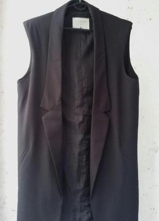 Черный удлиненный жилет в деловом стиле