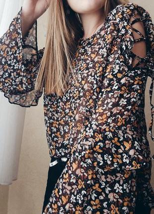 Цветочная блуза с широкими рукавами