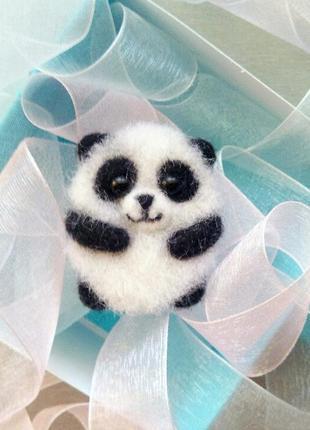 Войлочная валяная брошь панда значок медвежонок пандочка сухое валяние ручная работа