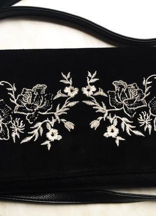 Кроссбоди сумка клатч черная с вышивкой с цветами farfalla rosso на длинной ручке