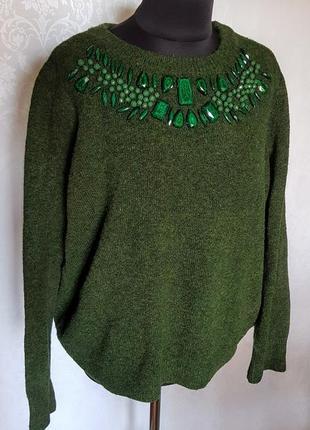 """Шикарный темно зеленый свитер украшенный """"ожерельем"""" из """"малахита""""."""