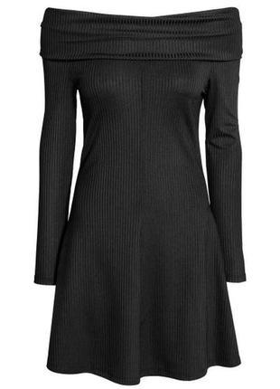 Маленьке чорне плаття в рубчик з відкритими плечима