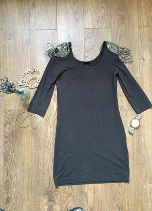 Короткое вечернее платье с пагонами из бисера