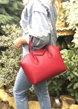 Стильная, деловая кожаная сумка в стиле givenchy. красная