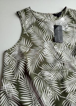 Легкая блуза в модный цветочный принт нежного оливкового цвета
