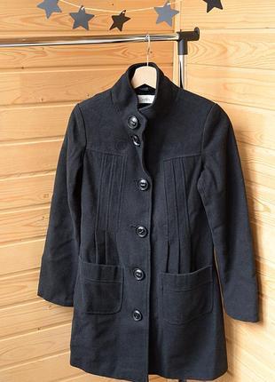 Черное пальто фирмы sela на пуговицах