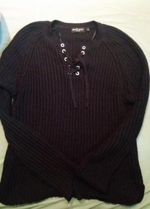 Черный свитер с актуальными завязками