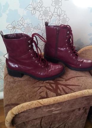 Стильные ботинки на шнуровке цвет бордо