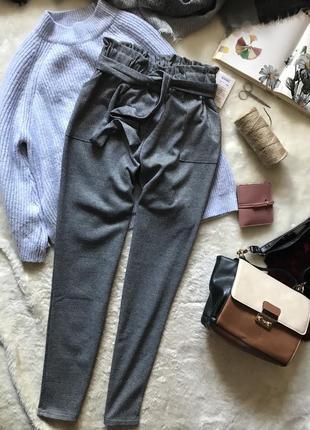 Серые брюки на высокой посадке с актуальным поясом