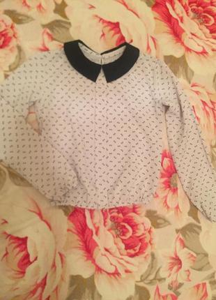 Блуза белого цвета с синим принтом и воротником