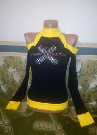 Женская яркая кофта джемпер с вырезами на плечах. футболка с высоким горлом
