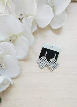 Серебряные серьги сережки в форме ромба полностью из камней