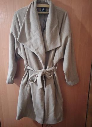 Пальто на запах бежевое