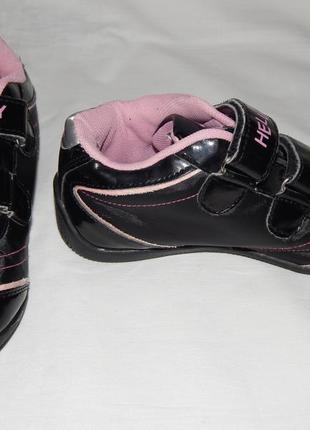 Черные кроссовки hello kitty из лакового кожзама на девочку. размер 30.